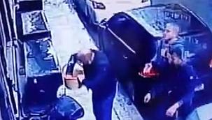 Balkondan sepetle sarkıtılan silahlarla saldırı: 2 yaralı