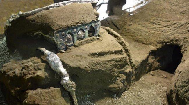 İtalya'da sönmüş lavların içinden tören arabası çıktı: 'Neredeyse hiç bozulmamış'